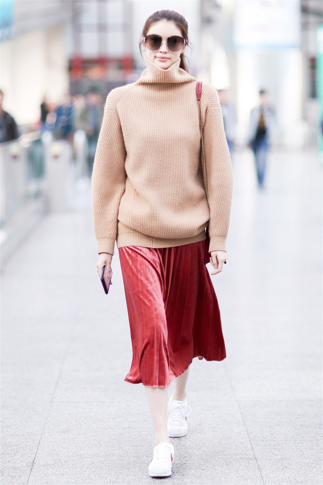Tỏa sáng rạng ngời xuống phố hai ngày cuối cùng của năm với những thiết kế chân váy ánh kim siêu bắt mắt - Ảnh 14.