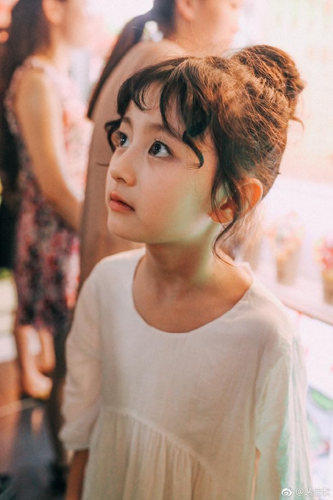 Thiên thần nhí 8 tuổi xinh lung linh, giống Kim Ji Won như tạc - Ảnh 7.