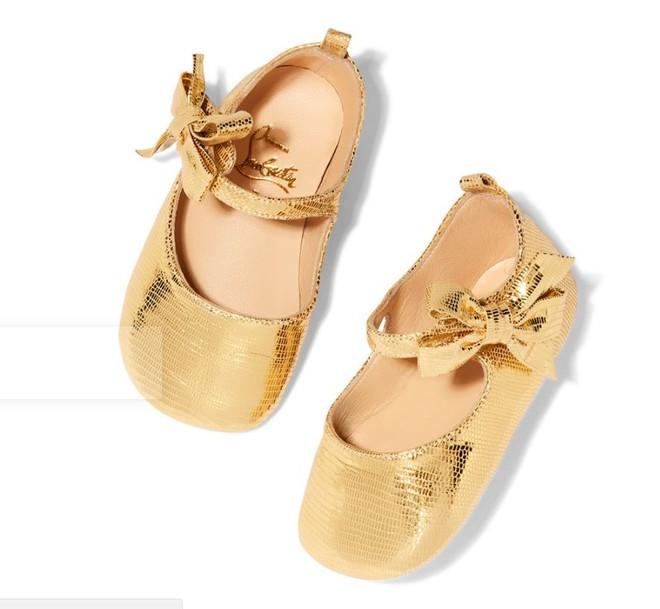 Ông hoàng giày đế đỏ Christian Louboutin lần đầu tiên ra mắt mẫu giày xinh xắn dành cho bé gái - Ảnh 6.