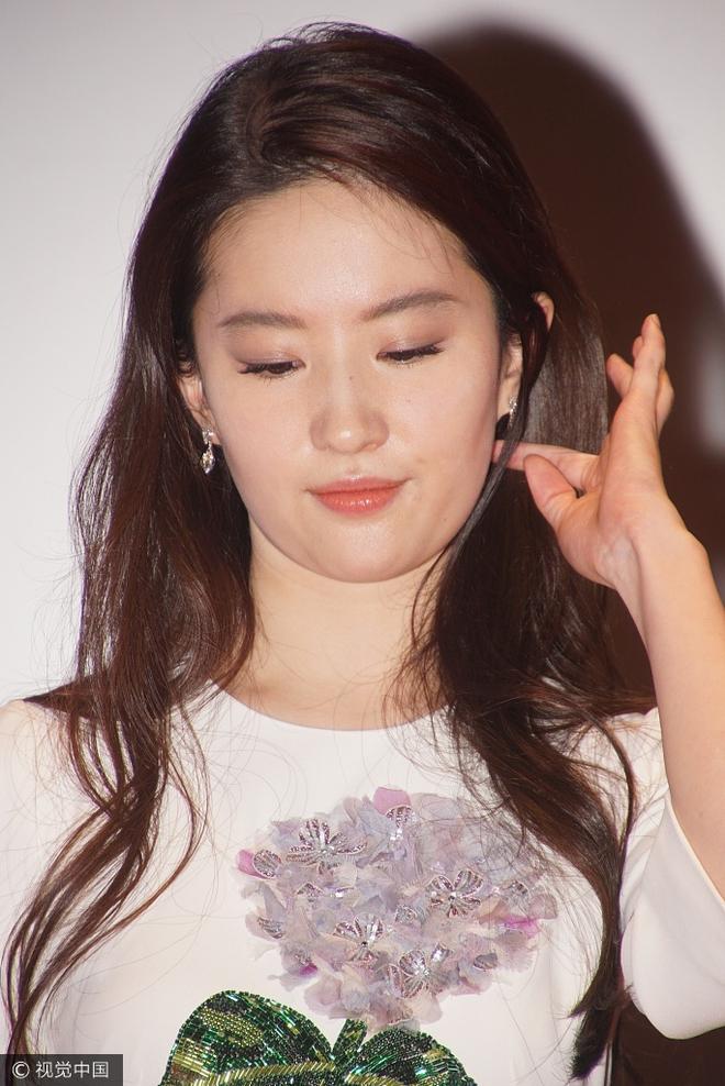 Lưu Diệc Phi diện váy trắng đơn giản, vô tình để lộ mặt kém thon gọn - Ảnh 2.