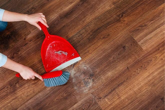 Quét mãi mà bụi chẳng chịu vào ki hốt rác thì làm 1 thao tác này là đảm bảo nhà sạch trơn - Ảnh 2.