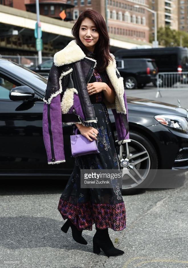 Jessica diện áo trắng quần đen đơn giản nhưng vẫn nổi bật tại Tuần lễ thời trang New York  - Ảnh 4.