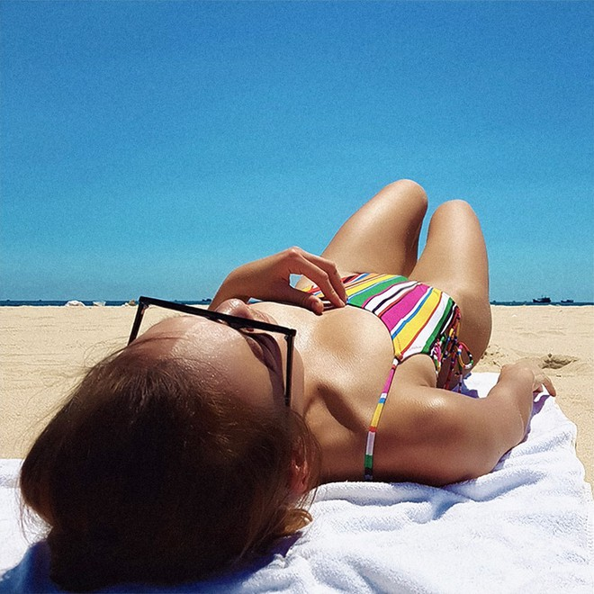 Cùng diện 1 kiểu đồ bơi nhưng chỉ cần khác góc chụp thôi là Angela Phương Trinh nhìn sexy hơn hẳn Mai Ngô rồi! - Ảnh 3.