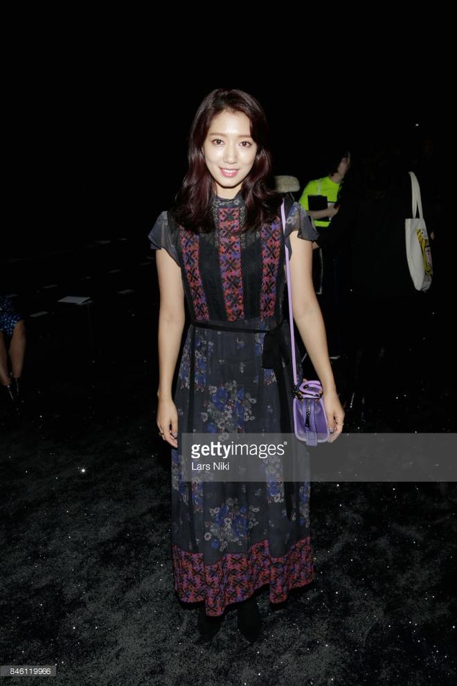 Jessica diện áo trắng quần đen đơn giản nhưng vẫn nổi bật tại Tuần lễ thời trang New York  - Ảnh 6.