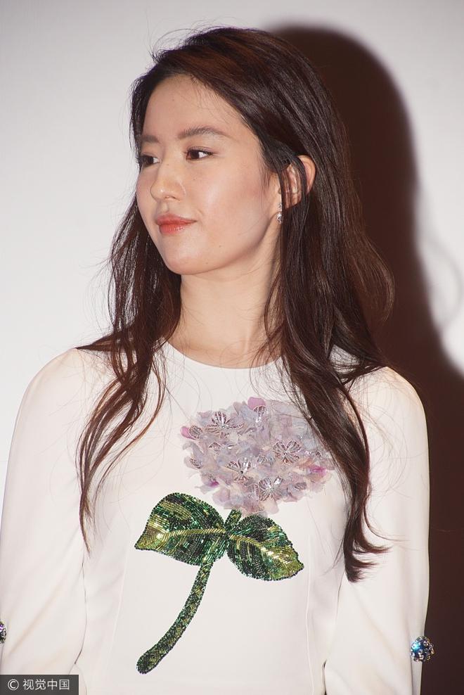 Lưu Diệc Phi diện váy trắng đơn giản, vô tình để lộ mặt kém thon gọn - Ảnh 7.