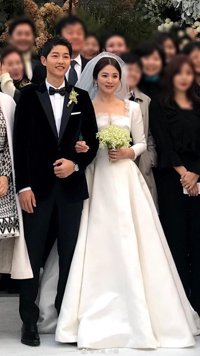 Tuy đơn giản, nhưng trang phục cưới của cặp đôi Song - Song có giá lên tới hơn 3 tỷ đồng - Ảnh 6.
