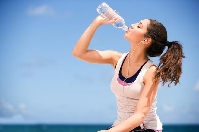 Từ chuyện mặc quần áo sinh nhiệt để giảm cân nhanh, huấn luyện viên cảnh báo hiện tượng mất nước khi chơi thể thao - Ảnh 4.