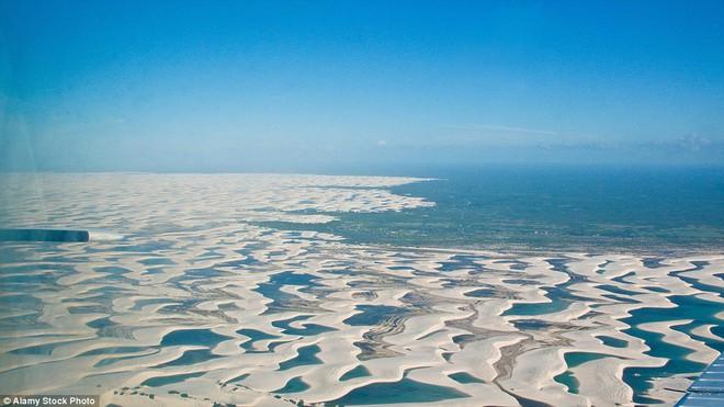 Kỳ diệu cảnh sa mạc biến thành hàng ngàn hồ nước xanh biếc đẹp như tiên cảnh - Ảnh 8.