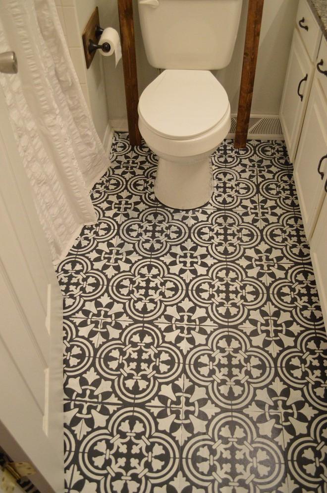 Bà mẹ mua sơn đen về phủ kín sàn nhà vệ sinh, ai cũng thấy khó hiểu nhưng nhìn thấy thành quả thì thán phục - Ảnh 5.