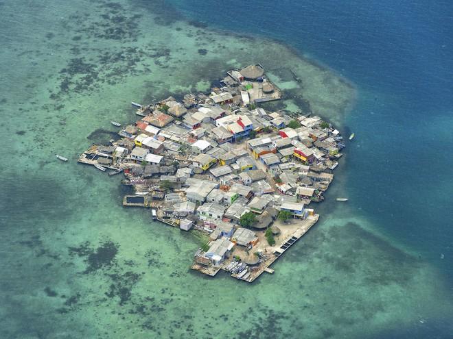 Hòn đảo nhỏ chỉ như sân bóng mà có tới 1.200 người sinh sống - Ảnh 1.