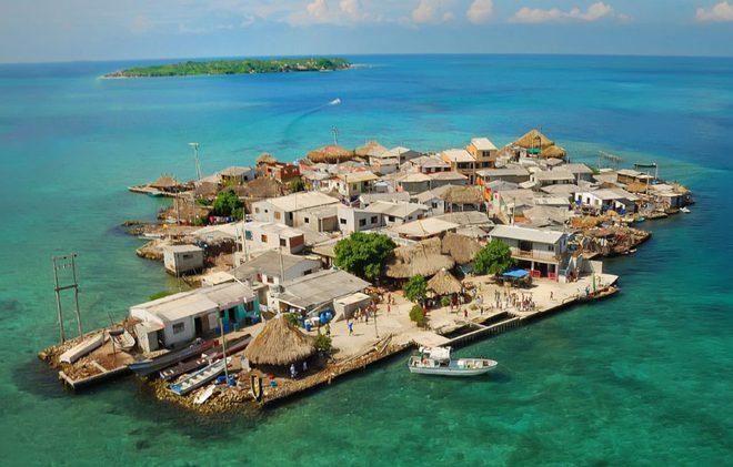 Hòn đảo nhỏ chỉ như sân bóng mà có tới 1.200 người sinh sống - Ảnh 2.