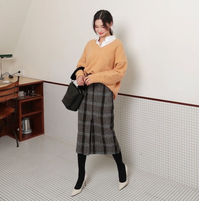Lên đồ ấm áp cho ngày trời lạnh tăng cường với 4 kiểu chân váy chuyên dụng của mùa đông - Ảnh 1.