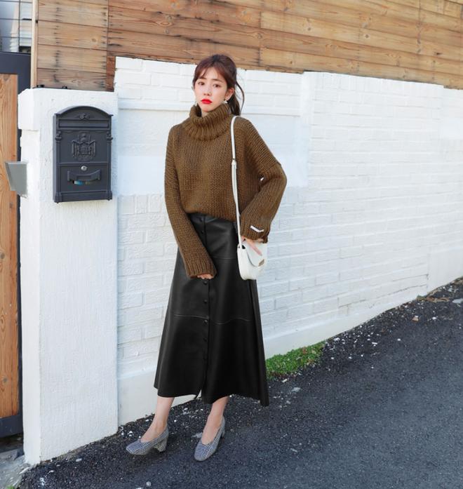 Áo len + chân váy: kết hợp thế nào để vừa ấm áp vừa gợi cảm, nữ tính trong đông này - Ảnh 4.