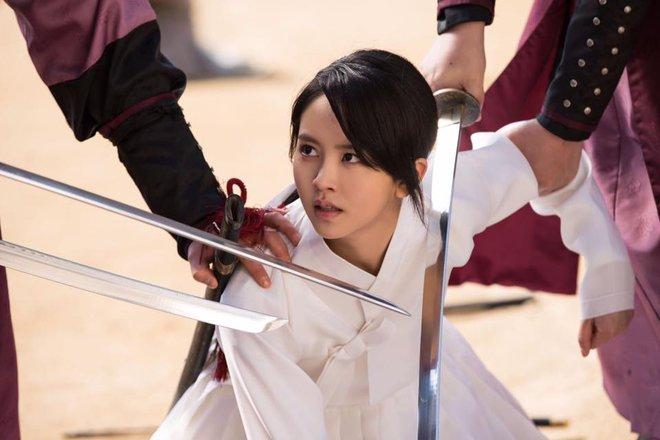 Mặt nạ quân chủ: Chỉ trong một tập Thái tử Yoo Seung Ho mất cả bố, mẹ và người yêu - Ảnh 14.