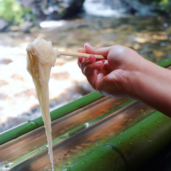 Món mì lạ của người Nhật: muốn thưởng thức phải tinh mắt, khéo tay để... gắp mì trôi theo dòng nước - Ảnh 6.