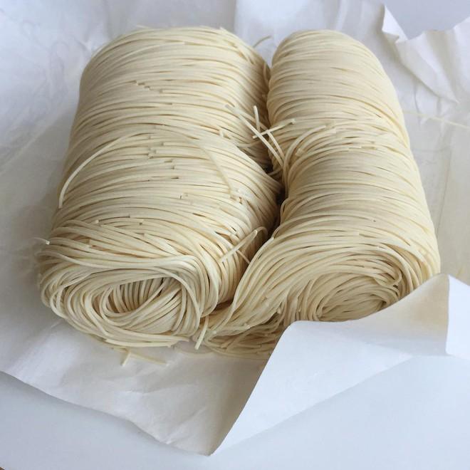 Món mì lạ của người Nhật: muốn thưởng thức phải tinh mắt, khéo tay để... gắp mì trôi theo dòng nước - Ảnh 7.