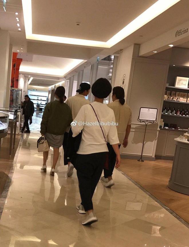 Song Joong Ki - Song Hye Kyo tay trong tay tình tứ đi mua sắm tại Paris - Ảnh 1.