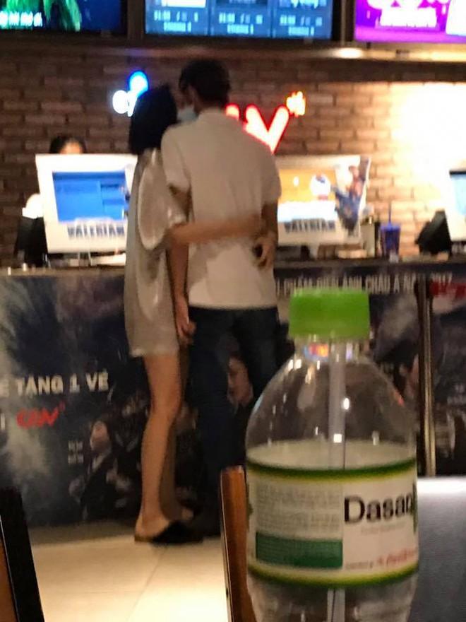 Lộ clip Búp bê Hiền Hồ The Voice ôm eo tình tứ cùng Soobin Hoàng Sơn tại rạp phim - Ảnh 2.