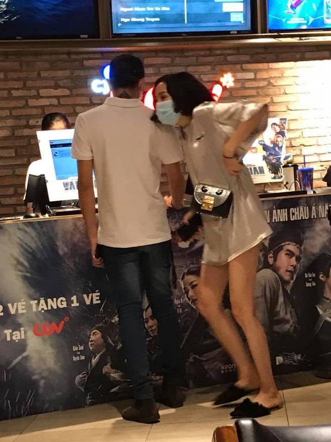 Lộ clip Búp bê Hiền Hồ The Voice ôm eo tình tứ cùng Soobin Hoàng Sơn tại rạp phim - Ảnh 3.