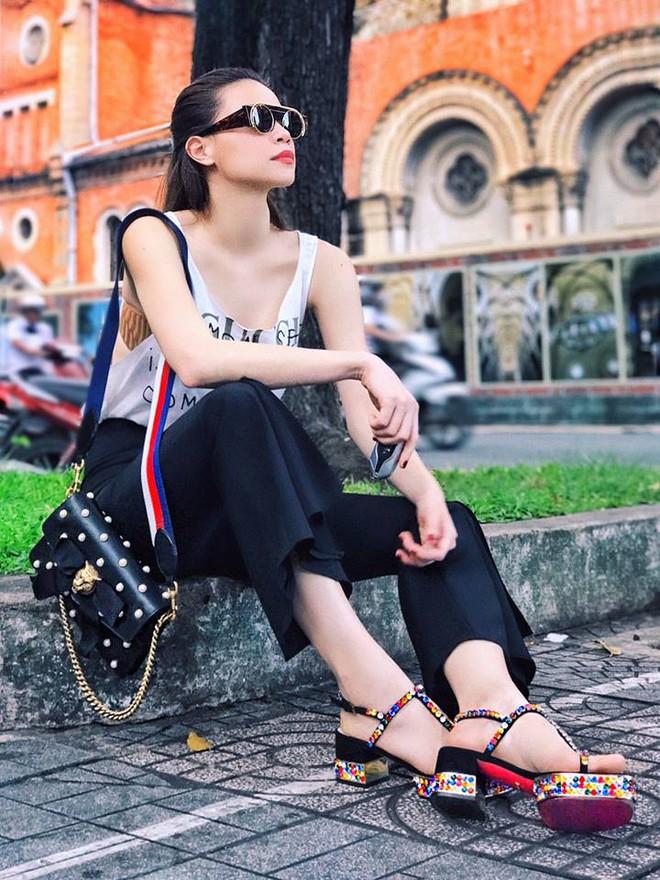 Sau đôi sneaker 20cm, Hà Hồ lại tiếp tục sắm thêm đôi sandal lóng lánh nhìn lóa hết cả mắt   - Ảnh 3.