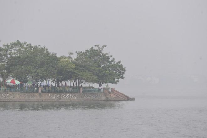 Hà Nội: Vừa nắng to, Hà Nội đã đổ sương mù dày đặc sáng sớm - Ảnh 12.