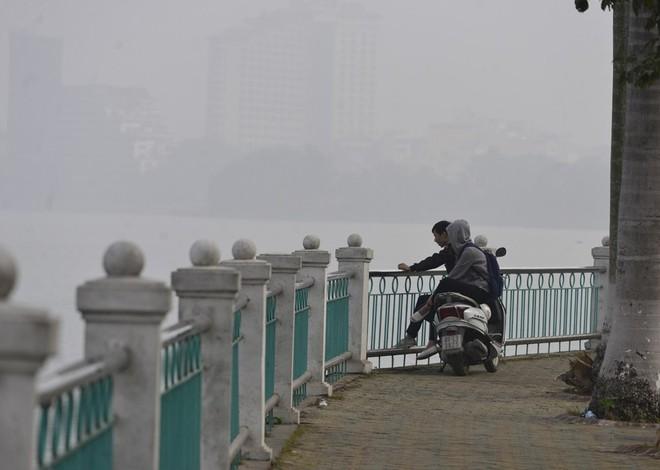 Hà Nội: Vừa nắng to, Hà Nội đã đổ sương mù dày đặc sáng sớm - Ảnh 3.