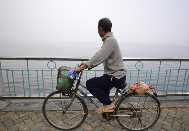 Hà Nội: Vừa nắng to, Hà Nội đã đổ sương mù dày đặc sáng sớm - Ảnh 4.