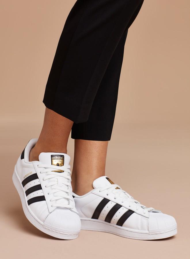 Dù ngoài kia có la liệt những thiết kế mới, thì phái đẹp vẫn luôn mê mệt 5 đôi sneaker này - Ảnh 13.