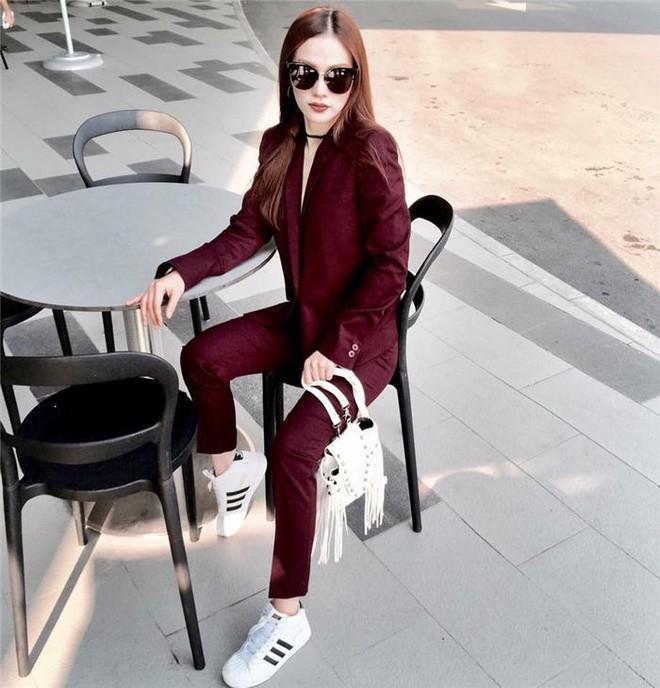 Dù ngoài kia có la liệt những thiết kế mới, thì phái đẹp vẫn luôn mê mệt 5 đôi sneaker này - Ảnh 14.