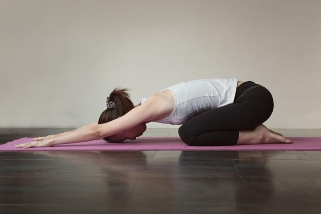 Căng thẳng kéo dài, hãy tập ngay những tư thế yoga này để bạn không còn mệt mỏi và luôn tươi tắn - Ảnh 3.