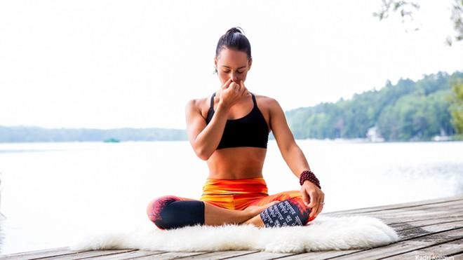 Căng thẳng kéo dài, hãy tập ngay những tư thế yoga này để bạn không còn mệt mỏi và luôn tươi tắn - Ảnh 6.