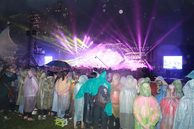 Fan Việt đội mưa hơn 5 tiếng chờ xem concert T-ara tại Việt Nam - Ảnh 1.
