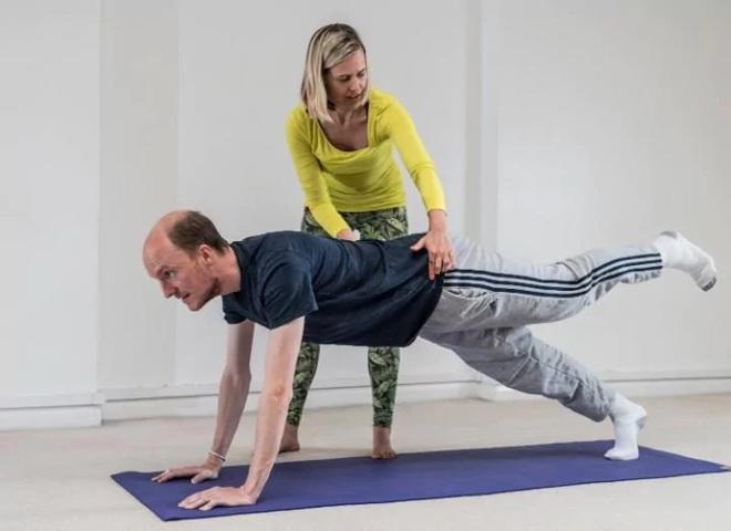 Đau lưng vì ngồi làm việc nhiều, người đàn ông này đã đi tập Pilates và kết quả khiến phụ nữ cũng bất ngờ - Ảnh 7.