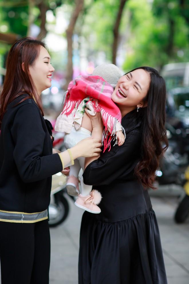 Phan Như Thảo bế con ra Hà Nội đón gió lạnh bên bạn thân Phạm Ngọc Thạch - Ảnh 4.