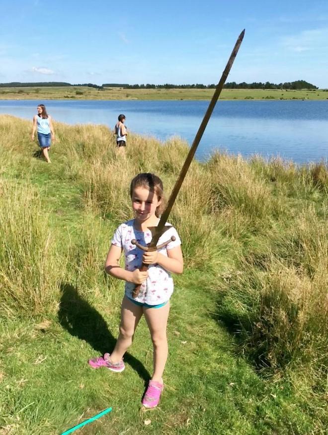Tưởng thanh sắt rỉ dưới hồ nước, bé gái không ngờ mình nhặt được thanh gươm huyền thoại - Ảnh 3.