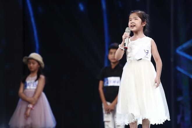 Ai cũng sẽ rớt nước mắt khi xem bé khiếm thị Minh Hiền hát Gặp mẹ trong mơ - Ảnh 4.