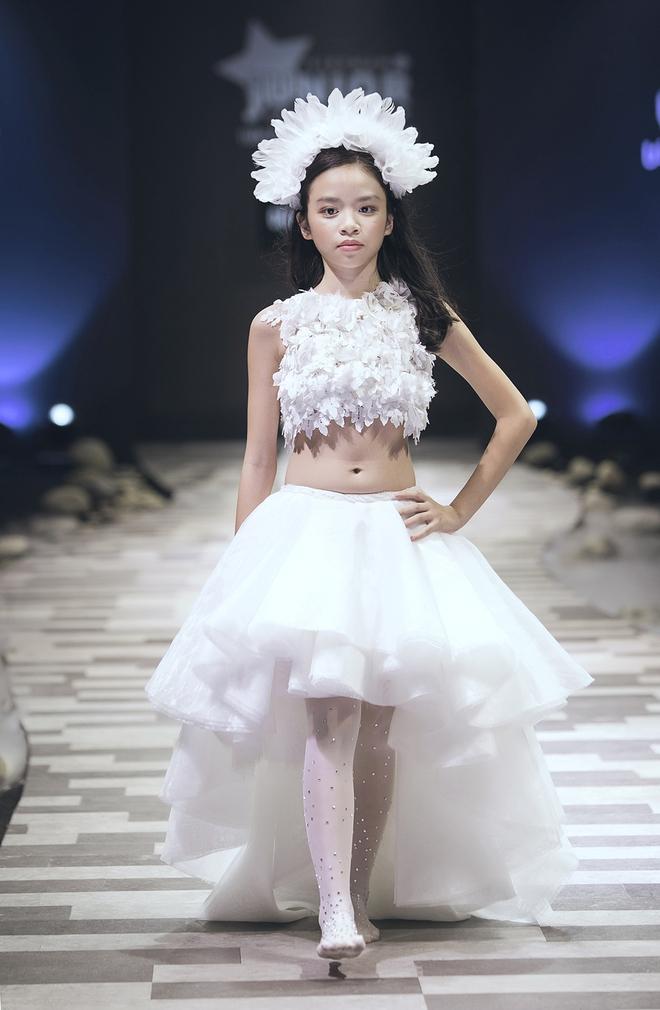 Hoa hậu Hương Giang, Trương Quỳnh Anh nắm tay con sải bước trên sàn catwalk ngày thứ 2 Tuần lễ Thời trang Thiếu nhi - Ảnh 20.