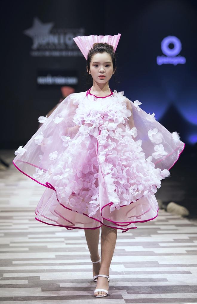 Hoa hậu Hương Giang, Trương Quỳnh Anh nắm tay con sải bước trên sàn catwalk ngày thứ 2 Tuần lễ Thời trang Thiếu nhi - Ảnh 24.