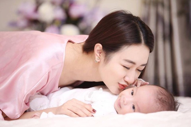 Hoa hậu Thu Ngân đẹp như thiếu nữ bên con trai mới sinh - Ảnh 4.