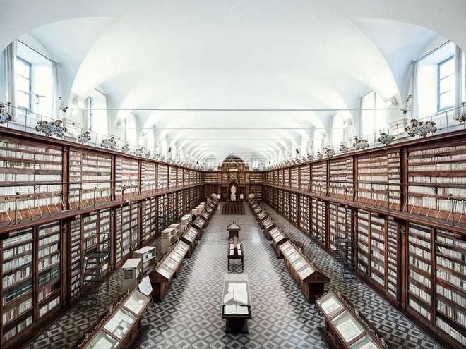 Ghé thăm những thư viện đẹp lung linh huyền bí như lâu đài trong truyện cổ tích - ảnh 5