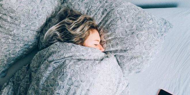 Đây là những việc không nên làm nếu đột nhiên thức dậy vào giữa đêm - Ảnh 1.