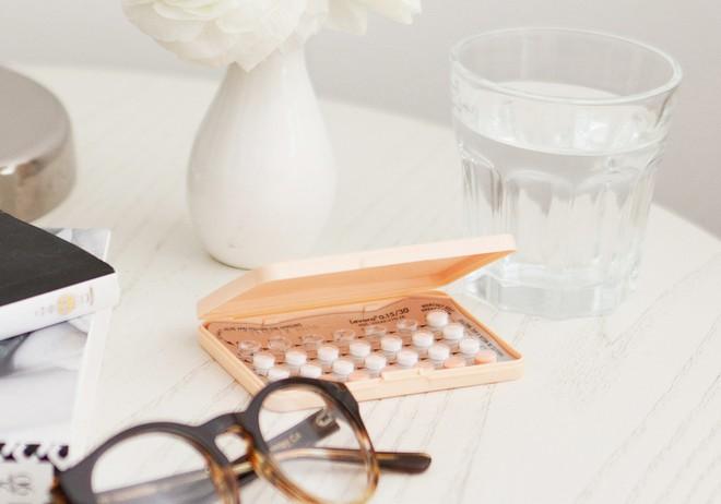 Lo lắng vì dừng thuốc tránh thai hàng ngày thì mất luôn kinh nguyệt dù không có thai - Ảnh 1.