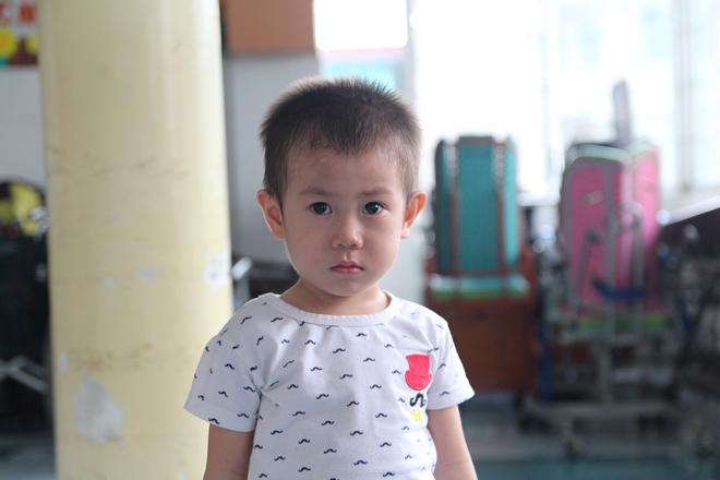 Bé trai 2 tuổi bị bỏ rơi trước cổng Từ Dũ: Con nhớ mẹ lắm, con muốn về với mẹ - Ảnh 1.