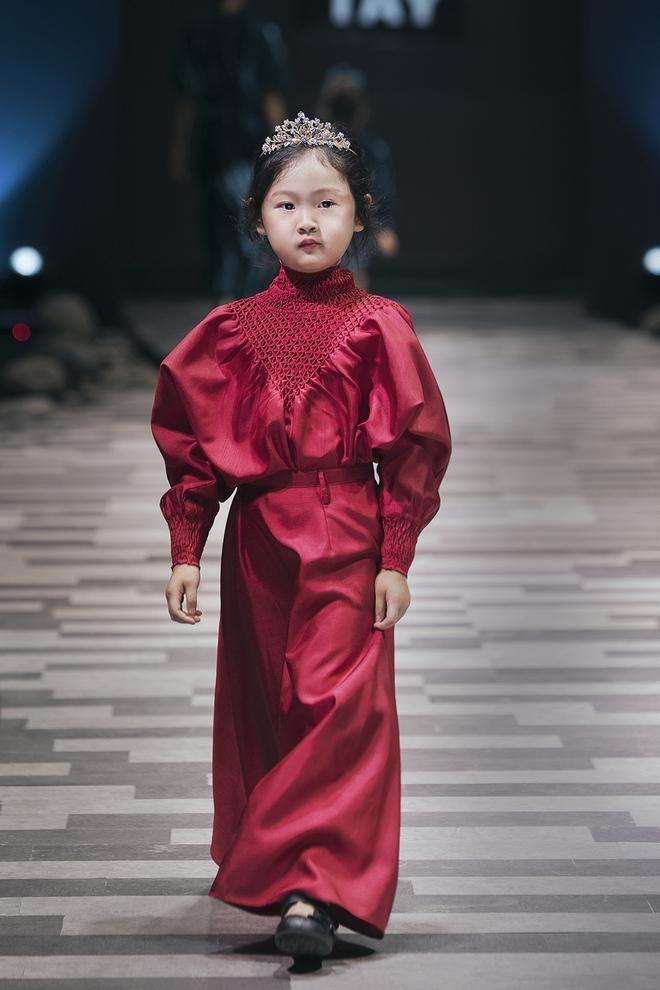 Hoa hậu Hương Giang, Trương Quỳnh Anh nắm tay con sải bước trên sàn catwalk ngày thứ 2 Tuần lễ Thời trang Thiếu nhi - Ảnh 11.