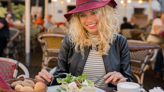 7 nhóm thực phẩm càng ăn càng hủy hoại làn da của bạn một cách trầm trọng - Ảnh 9.