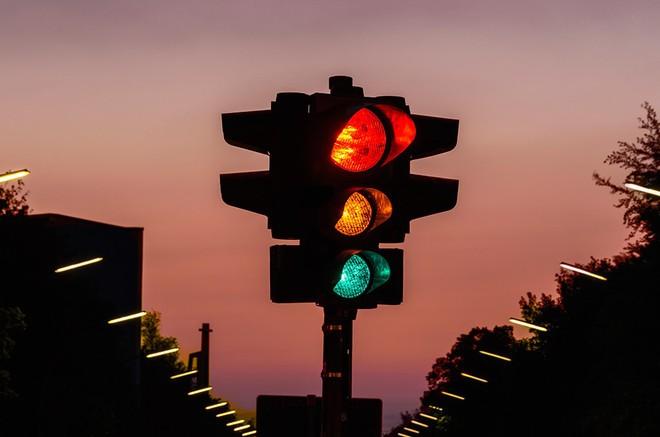Cả bảng màu sắc phong phú, tại sao xanh - đỏ - vàng lại được chọn làm đèn tín hiệu giao thông? - Ảnh 1.