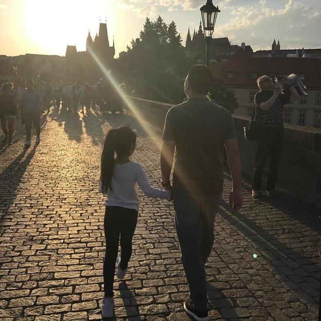 Triệu Vy khoe hình ảnh con gái chân dài nắm tay bố tình cảm - Ảnh 1.