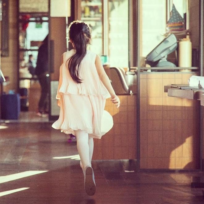Triệu Vy khoe hình ảnh con gái chân dài nắm tay bố tình cảm - Ảnh 4.