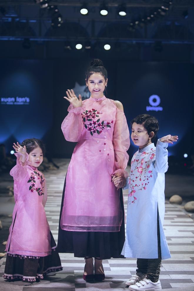 Hoa hậu Hương Giang, Trương Quỳnh Anh nắm tay con sải bước trên sàn catwalk ngày thứ 2 Tuần lễ Thời trang Thiếu nhi - Ảnh 19.