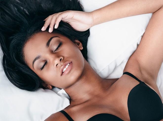 Các tư thế ngủ tốt nhất cho những người ngực to, đau lưng, hay ngáy hoặc bị ợ nóng - Ảnh 1.